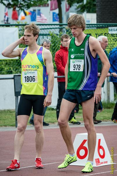 Sven Cools (Volharding) & Jeroen Braekevelt (AC Meetjesland) aan de start van de 800 M