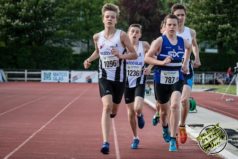 Doortocht van de 800 M Cadetten Jongens met vooraan Tibaut Vandelannoote & Stan Vanhecke - Memorial Leon Denys - Atletiekpiste Izegem - West-Vlaanderen