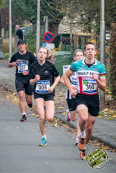 De eerste twee dames in de wedstrijd: Lynn Dekeyser & Femke Deleu - Milcobel Run - Langemark - West-Vlaanderen