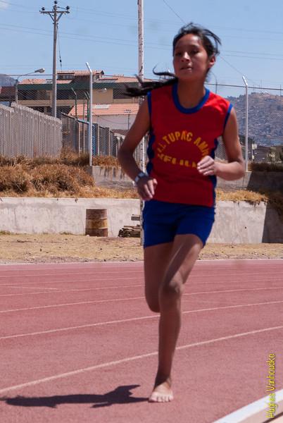 Niña de un colegio de Velille (Chumbivilcas) entrenando para el campeonato intercolegios - Parque Zonal - Wanchaq - Cusco - Perú