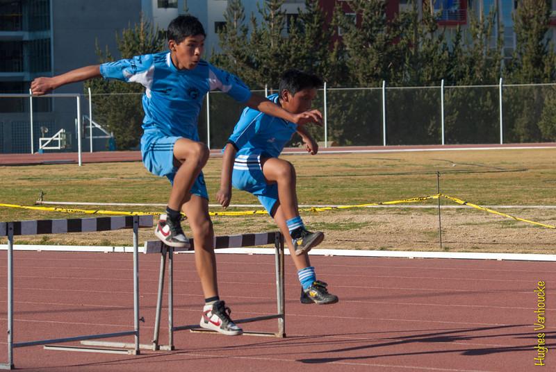 Escolares del colegio Garcilaso entrenando en las vallas  del Parque Zonal de Wanchaq