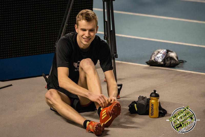 Lars Oosterlinck maakt zich op voor de 800 M - Kampioenschap van Vlaanderen - BLOSO Topsporthal - Blaarmeersen - Gent