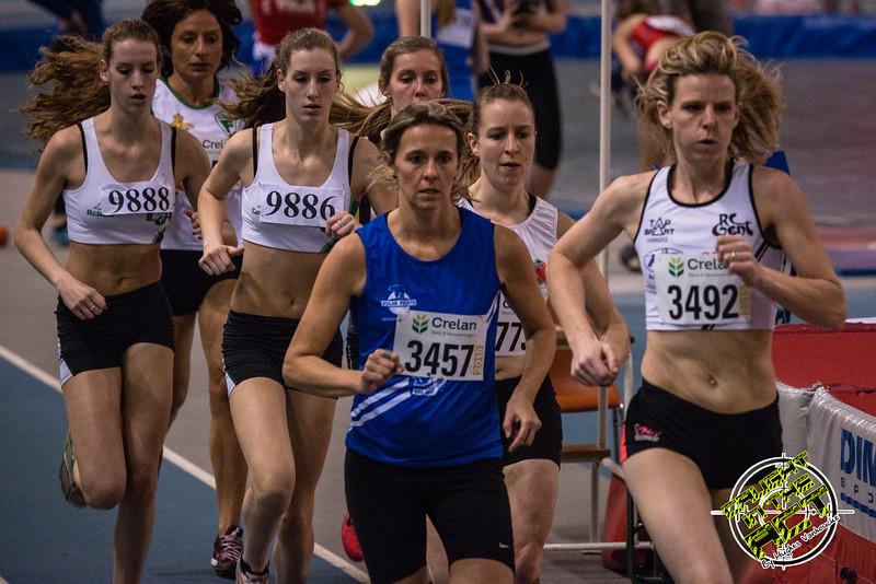 Sien Demasure van FLAC Ieper loopt in derde positie op de 800 M - Vlierzele Sportief Indoor Meeting - BLOSO Topsporthal - Gent