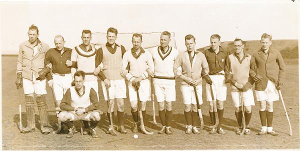 19300418 Onderschrift: Het Pionierselftal te Scarborough Maart 1930 Opmerking: zie Hockey o.a. 2de jaargang 3 april 1930 no.28 p. 1. Paastoernooi. Het Nederlands elftal speelde en verder twee elftallen van de Pioniers, A en B. Onduidelijk waarin Frits Drijver meedeed. .   Hockey 3 april 1930: vrijdagmiddag zullen photo's genomen worden ... Vandaar de datering.  Er gingen in totaal 25 Hollanders mee (Hockey 24 april 1930). Waarschijnlijk werden de Pionierselftallen ter plekke samengesteld.  Je kon je overigens aanmelden als supporter (100 gulden per persoon) ... en tevens kon je dan in aanmerking komen voor een plaats in de Pioniersploeg. Je werd daar dus niet voor gekozen. (Hockey no.19).   Collectie Bakker Schut klein album Fotograaf: H. Walker Scarborough  Formaat: 26 x 13  Afdruk zw