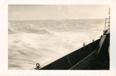 19300417 Onderschrift: Scarborough Maart 1930 Opmerking; de woeste zee op donderdag 17 april 1930, de reis heen   Collectie Bakker Schut klein album Fotograaf: ? mogelijk Frits Drijver  Formaat: 9 x 7 Afdruk zw