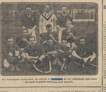 19281209 Foto uit artikel Algemeen Handelsblad 9 december 1928. Vergelijk foto uit Collectie Bakker Schut. Op die foto staat de achterhoede zittend vooraan, de voorhoede zittend middenin en de middenlinie naast de keeper.