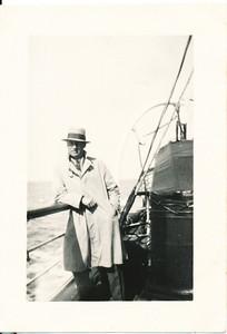 19300417 Onderschrift: Scarborough Maart 1930 Opmerking: Frits Drijver op zee   Collectie Bakker Schut klein album Fotograaf: prive Formaat: 8 x 6 Afdruk zw