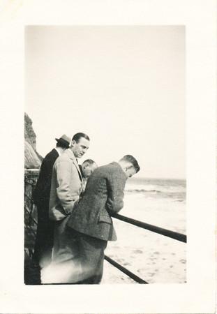19300417 Onderschrift: Scarborough Maart 1930 Opmerking: op zee. Iemand zeeziek?  Zie Hockey 2de jaargang 24 april 1930 No. 31 p.1: allergemeenste weer tijdens de overtocht van Hoek van Holland naar Hull. Vertrek was woensdagavond, donderdag op zee, aankomst Hull, tegen vieren. Veel te laat.   Collectie Bakker Schut klein album Fotograaf: prive Formaat: 7 x 5 Afdruk zw