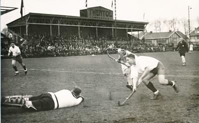19320305 Onderschrift: Holland B- West Duitschland 1-1 1931 Opmerking: het Go-ahead Stadion. Een Duitse aanval.   Collectie Bakker Schut groot Fotograaf: niets achterop Briefkaart Formaat: 14 x 9  Afdruk zw