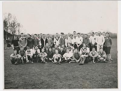 19261219 Onderschrift: Hilversum Selectiewedstrijden 19 december 1926 (getikt) Daaronder geschreven Hilversum ...... December '26  Opmerking: Frits Drijver knielend 6de van links.   Zie ook Deventer Dagblad 23 december 1926 Drijver kwam niet in het A of B elftal.   Foto gepubliceerd in Revue der Sporten 20 (1926) 17 (20-12-1926), p. 264 met als onderschrift: De 44 spelers van de hockeykeurwedstrijden gisteren te Hilversum gehouden en in De Corinthian 3 (1926) 51 (24-12-1926), p. 831.     Archief DHV Album Drijver Fotograaf: Copyright N.V. Int. Persfotobureau Amsterdam telef. slecht leesbaar  Formaat: 23 x 18 Afdruk zw