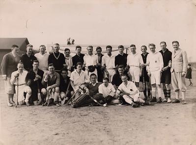 19300323 Onderschrift: Deventer - Krefeld. 4-1 April 1930 Zie mascottes op doel. Links het clubhuis.  Zeer waarschijnlijk foutief onderschrift. Zie de andere twee foto´s op 23 maart 1930 samen met de dames. Uitslag was 3-0, niet 4-1. De foto moet na 16 maart 1930 genomen zijn, het nieuwe clubhuis is aanwezig. In 1931 geen uitslag 4-1. In april 1930 kwam Crefeld volgens het Deventer Dagblad niet op bezoek.  Als teken van verbroedering hebben de spelers zich om en om opgesteld.  Bonzo?  CollectieBakkerSchutkleinalbum  Fotograaf: Hakeboom Formaat: 24 x 18 Afdruk zw