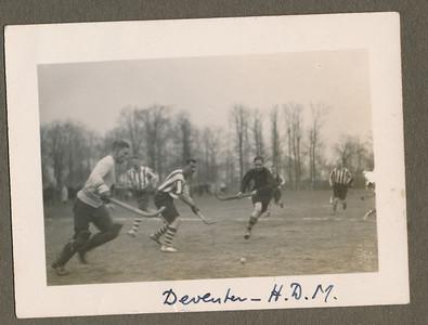 19300405 Onderschrift: Deventer-H.D.M. Opmerking: uit wedstrijd Deventer-H.D.M. op 5 april 1930.  CollectieJanBlomgrijsblauw Fotograaf: onbekend  Formaat: 10 x 7 Afdruk zw