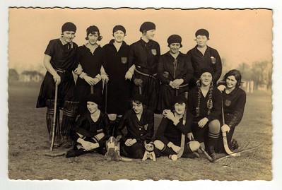 19300119 Onderschrift: 1ste elftal tegen Nijmegen te Deventer 19 januari 1930  Staand vlnr: Wies Nanninga, Mevr. Vuerhard, Ineke ter Braak, Mevr. de Vries, Mevr. De Bienk, tante Trinie Vervoort,  Zittend vlnr: Iet Resius, Mevr. Houwink, Mevr. Uyt den Bogaard, Diet Coldewey, Marietje Delwig Opmerking: ook in album grijsblauw Jan Blom: Onderschrift: Dameselftal 1929-1930 v.l.n.r. staand Nanninga, Gauw-Vuerhard, ter Braak, de Vries, de Breuk, Vervoort zittend: Resius, Houwink, UyttenBogaerd, Coldewey, Delwig  Zie ook verslag Deventer Dagblad 20 januari 1930. Deventer won met 1-0.  Daar ook opstelling. Komt overeen.  Bonzo?   Collectie Coldewey Fotograaf Van der Geijn  Formaat 14x 9 Afdruk zw