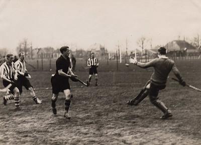 19300405 Onderschrift: Om het kampioenschap van Nederland.1930 Deventer - H.D.M. 1-1   CollectieBakkerSchutkleinalbum  Fotograaf: Van der Geijn Formaat: 17 x 12  Afdruk zw