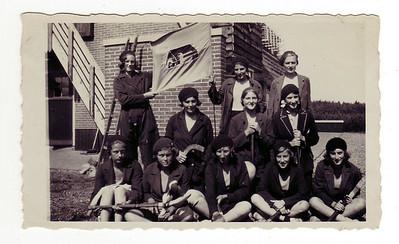 1931 Onderschrift: Hockeyelftal 1931 dat met 3-1 over het tentenkamp zegenvierde  Staand vlnr: Rietje Beins, Willy Rost Omnes, Ina v. Imhoff. Phien van 't Oever, Dietje Coldeweij, Willy Theunissen,  Zittend vlnr: Truus de Ranitz, Mieke Bessem, Eskelien van Rappard, Ella van Lawick, Iet Resius  CollectieColdeweij Fotograaf: onbekend Formaat: 11x7 Afdruk zw
