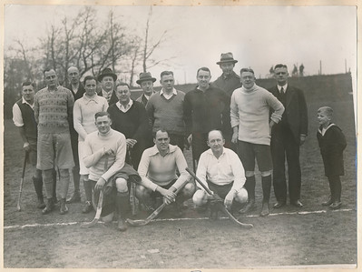 19301221 Onderschrift:  Opmerking: deze foto is ook opgenomen in een collage. Daar de namen: H.M.Lugard, J.G. Ebeling Koning, P. Wernink, Jhr.Mr. G. Strick van Linschoten, M.Baron v.Boetzelaer, Ir. F. v.Groningen, A.J. Houck ? zn?,   P. van Delden Jzn,  H. Hedden, E. Kluwer, Mr. P. van Delden Szn, F. van Delden, Ben van Delden Fzn, Mr. J.J. van Delden, Ir. W.L.Z. v.d. Vegte, Mr.S.H.v.Groningen Zie ook Deventer Dagblad 22 december 1930 met verslag. Daar ook de opstelling.  Het jongetje ihet matrozenpakje, Ben van Delden, is Christoffel Benjamin van Delden gerboren 2 oktober 1923, hier dus 7 jaar. Hij staat naast zijn vader F. van Delden.    AlbumSimonVanGroningen70  Fotograaf: onbekend  Formaat:  Afdruk zw