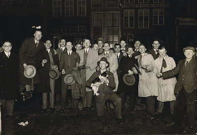 19310321 Onderschrift: Na de 2e zege op HDM 2e kampioenswedstrijd  In pen: Na de 2 - 0 zege 2e kamioenswedstrijd  Opmerking: ook in CollectieJanBlomblauwgrijs. Onderschrift daar: In Zutphen na Deventer-H.D.M. 2-0! Voorjaar 1932.  Opmerking: het elftal van HDM uitgeleide gedaan door Frits Drijver (op bumper auto), Herman Ankersmit (met hondje), achter hem Dolf Touissant en rechts Meijer en Lamp.  De wedstrijd was zaterdag! 21 maart 1931.  Zie ook Deventer Dagblad maandag 23 maart 1931.  In tekst behorend bij dia's vertoond op reunistenavond 8 april 1963 ws. tekst J.Blom: 1932.Vreugde om de overwinning. 's avonds laat in Zutfen na afloop van de wedstrijd Deventer - HDM uitslag 2-0.  De Telegraaf 23 maart 1941: HDM reisde door naar Nijmegen voor de Samovar. Dit is echter onjuist. De Samovar dat jaar was 12 april 1931.  In 1930 kwam HDM op zaterdag 5 april 1930 naar Deventer en reisde door naar de Samovar op 6 april 1930. Verwarring door Lugard.   Waarom Nijmegen in 1931 op zaterdag kwam is nog onduidelijk. En waarom via Zutphen terug?    ArchiefDHVAlbumDrijver  Fotograaf: Hakeboom Deventer  Formaat: 17 x 12  Afdruk zw