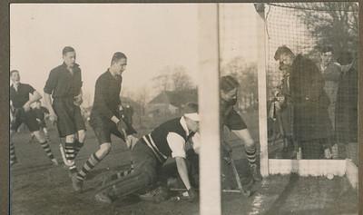 19320124 Onderschrift: Devewnter-P.W. 2-2, voorjaar 1932 de eerste maal geen oostelijk kampioen Opmerking: niets in Deventer Dagblad. Alleen op 25 januari: Deventer speelt gelijk.   Zie verslag Het Vaderland 25 januari 1932. En Hockeysport 1 (1931-1933) 20, p. 14, een verslag van B.A.M. = Meijer.  De eerste goal van Deventer was de gelijkmaker uit een strafbully. Dit moet de tweede goal zijn. Volgens Het Vaderland ook van Breedveld uit een voorzet van links. Meijer zegt uit een scrimmage door goed werk op de linkervleugel.   In Clubnieuws van 21 februari 1934 staat op p. 93 een toelichting bij deze foto. Een gedeelte van de foto stond steeds op pagina 1 van het Clubnieuws. De toelichting: Schnitger Jr., de P.W.doelman, tracht nog te redden, tevergeefs echter, Deventer neemt de leiding. Breedveld wil nog een handje helpen, Ockinga, de derde van links, schijnt te berusten, terwijl Moolenburgh al begint te juichen. Op de achtergrond nog Blom.    Blom stond inderdaad links.   M.i. vlnr: Moolenburgh, Blom, Ockinga (PW), Hoppe, Schnitger (PW), Breedveld   CollectieJanBlomgrijsblauw Fotograaf: onbekend Formaat: 11 x 9 Afdruk zw