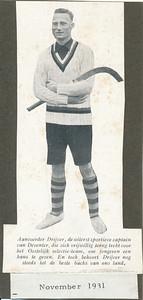 193111 Onderschrift: zie foto  Opmerking: foto mogelijk al eerder. Uit Hockeysport  1 (1931-1932) 12 november 1931.  Foto is ook opgenomen in diverse Clubnieuwsen/lustrumnummers.  ArchiefDHVlossefoto's. Ws. uit ArchiefDHValbumdrijver  Fotograaf: onbekend  Formaat: 12 x 5 Afdruk zw