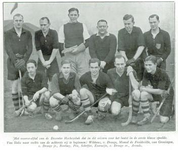 19320211 Heren 2. De namen:  Vlnr achter: Wibbens, v. Drooge, Monod de Froideville, van Groningen, v. Drooge jr., Boutmy, Pex, Scheffer, Everwijn, v. Drooge sr. Arends Opmerking: niet bekend waneer foto genomen. In Deventer, zie clubhuis achtergrond.   Hockeysport 1 (1931-1932) 22, p. 1