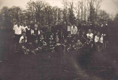 19311227  Onderschrift: onderlinge jeugdwedstrijden 1931-1932 Opmerkingen: moet zijn op Platvoet  rechts met hoed mogelijk Frits Drijver.  Het zijn alleen maar jongens.  In notulen niets te vinden. Of het moet zijn de onderlinge nacompetitie. In Deventer Dagblad 19 oktober 1931 staat een uitslag: Deventer juniores - Zutphen juniores 3-3. Maar dit zijn meer spelers.  In Deventer Dagblad van 28 december 1931 het Oostelijk juniores toernooi te Deventer. Hieraan namen deel twee elftallen van Deventer, Zutphen en Zwolle. Dit zou kunnen. Ik zie circa 40 spelers.  Dit is het meest waarschijnlijk. Voorlopig deze datering.    CollectieBakkerSchutgrootalbum Fotograaf: niet te zien, vastgeplakt  Formaat: 17 x 12 Afdruk zw
