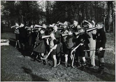 """19320124 Onderschrift: 1931-1932 DHV jeugd in actie tegen P.W. 1-1   Opmerking: ook in boek Deventer ach lieve tijd Daar uit collectie E.W. de Jonge. Deze man woonde op de Platvoet wel in tel.boek nooit aanwezig. Waarheen verhuisd?  Dit is Nr. 252. Hoort bij 253 Zie Deventer Dagblad 23 januari 1932 Belangrijke wedstrijd. N.B. Geen verslag in DD! Alleen op 25 januari 1932: Hockey: Deventer speelt gelijk. Wel in Hockeysport 1e jrg. no.20, 28 januari 1932, p. 14 een verslag van B.A.M. (Bob Meijer?). Uitslag echter 2-2. Deventer moest winnen om een kans op het kampioenschap te blijven behouden. Mogelijk in het onderschrift van Frits Drijver verwarring met de wedstrijd PW-Deventer op 8 novemter 1931 in Enschede. Deze eindigde in 1-1.     Foto afgedrukt door Nieuwsblad van het Noorden op 26 januari 1932 met als onderschrift: Een supporters """"Spreekköor"""" bij een hockeywedstrijd in Deventer. Laten we hopen dat een dergelijke wijze van aanmoediging op onze voetbalvelden geen navolging vindt!   ArchiefDHVAlbumDrijver  Fotograaf: onbekend, vastgeplakt  Formaat: 24 x 17  Afdruk zw"""