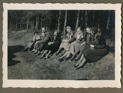 1932 Onderschrift: voorjaar 1932; mixedtocht naar Almelo Opmerking: niets over in Deventer Dagblad  In album nog een foto van alleen de dames. Niet gescand. ws. zaten de dames aan de kant tijdens de pech.   CollectieJanBlomgrijsblauw Fotograaf: onbekend Formaat: 9 x 6 Afdruk zw