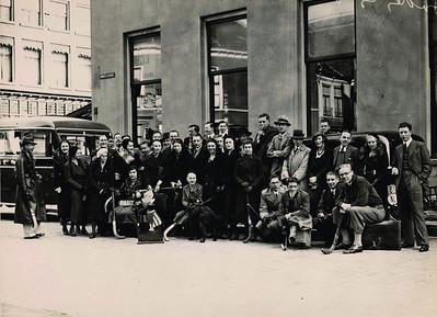 19330312 Onderschrift: geen   Opmerking: vaste vertrekpunt bij Societeit. Wordt genoemd.  Afgedrukt in de Oostelijke Sportbode (of Sallandse Sportbode) (knipsel in schrift 1932-1933 van Jan Blom). Met als onderschrift: De Deventer Hockey Club die vier uitwedstrijden moest spelen bij de start. Vier overwinningen en twee kampioenschappen waren het resultaat!  Deventer I speelde in Hengelo, II bij DKS. Beide werden die dag kampioen, Deventer III won in Arnhem, Deventer IV speelde gelijk in Nijmegen, Deventer V won in ook in Hengelo en Dames II won bij PW.  Vermoedelijk gingen dus Heren I en II en IV en Dames II in de bus. Door schrift Jan Blom zijn de namen grotendeels thuis te brengen.    ArchiefDHVAlbumDrijver  Fotograaf: Hakeboom   Formaat: 24 x 18  Afdruk zw