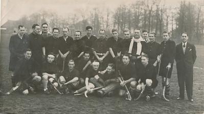 19321226   Achterop alleen Van der Geijn   en 22 1/2 en 12. Is dus gereproduceerd.   Opmerking: foto is afgedrukt in Deventer Dagblad van dinsdag 27 december 1932. Met als opschrift: Deventer Hockey Ver. - Munchen Gladbach. Het was een wedstrijd op Tweede Kerstdag. Zie verslag Deventer Dagblad. Er waren veel uitvallers bij Deventer. Schnitger (PW) en v.d. Wall Bake (Zutphen) deden mee.    In het Deventer Dagblad van 27 december 1932 ook een foto van de dameselftallen van Deventer en Munchen-Gladbach. De Deventer dames wonnen met 7-1.   ArchiefDHVlossefoto''s Fotograaf: Van der Geijn  Formaat: 22 x 13  Afdruk zw