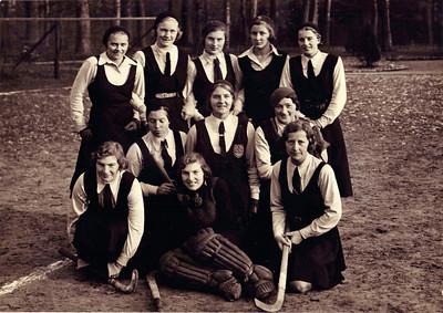 19321211 Onderschrift: November 1932 Wedstrijd in Arnhem  Staand vlnr: Sinie Bloemendaal, Annet Coldeweij, Iet Resius, Betsy Houwink, Annie Rood Knielend vlnr: Marietje Ketjen, Dietje Coldeweij, Mevr. Uyt den Bogaard Zittend vlnr: Jopie Broekhuis, Julie Broekhuis, Mevr.Vierhard Einde onderschrift.  Opmerking: in november 1932 speelde Dames I niet in Arnhem volgens het Deventer Dagblad. Wel op 11 december 1932. Ik neem aan dat dit de bedoelde wedstrijd is. Deventer verloor met 2-0.   CollectieColdeweij Fotograaf: Fotobureau Gazendam Arnhem 53873 Formaat: 24,5x17 Afdruk zw