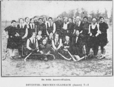 19321226 onderschrift: zie foto  Opmerking: de dameselftallen van Munchen Gladbach en Deventer op 2de Kerstdag 1932.  Zie ook foto van de herenelftallen. Deze foto komt in origineel voor in Archief DHV ingelijst met achterop foutief: De Deventer Dames ontvangen haar Krefelder Sportzusters aan de Platvoet - 1927/8.   Deventer Dagblad 27 december 1932