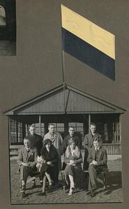 193311 Onderschrift: 1913-1933 Opmerking: het bestuur in 1933 voor het clubhuis. Alleen de vlag is er op geplakt.  Zie ook de foto in het Clubnieuws.   CollectieJanBlomgrijsblauw  Fotograaf: onbekenc, mogelijk wel prof. Formaat: 12 x 11 Afdruk zw