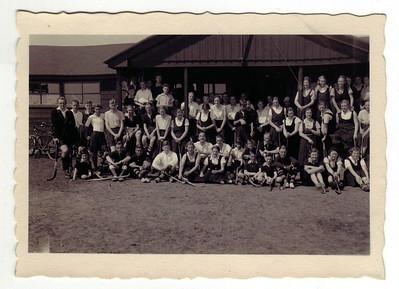 19340429 Onderschrift: Sluithockeydag seizoen 1933-1934  Opmerking: zondag 29 april 1934  Ook in JanBlomgrijsblauw. Daar ook een foto meer frontaal.   CollectieColdeweij Fotograaf onbekend Formaat 9x6 Afdruk zw