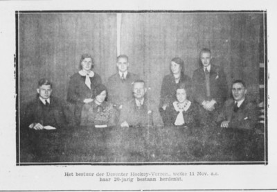 19331106 Onderschrift: geen  Opmerking: foto bestuur in Deventer Dagblad 6 november 1933   Gedeelte ook in knipsel in Archief DHV in enveloppe met als titel Krantenverslagen der Deventer elftallen overgenomen van J. Blom P. Stegeman