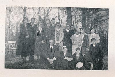 193403 Foto uit Clubnieuws 15 april 1934  Mixedtoernooi in Arnhem op Tweede Paasdag. Deventer nam met twee elftallen deel. Daarna gingen de elftallen naar de Wageningsche Berg om thee te drinken. Daar de foto?   Clubnieuws 15 april 1934  Fotograaf: onbekend Formaat: 8 x 4.5  Afdruk zw