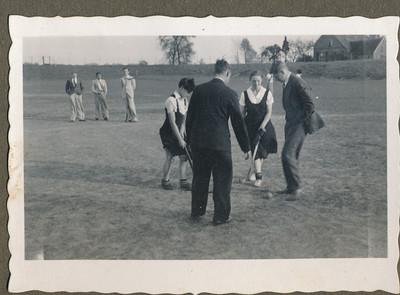 19340429 Onderschrift: Onderlinge hockeydag April 1934 Opmerking: Jan Blom legt de bal klaar voor de strafslag push ? zie andere foto   CollectieJanBlomgrijsblauw  Fotograaf: onbekend Formaat: 9 x 6 Afdruk zw
