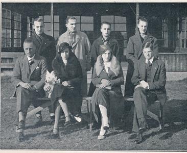 193311 Uit Clubnieuws 8 november 1933 Onderschrift: Het tegenwoordige bestuur v.l.n.r. zittend:  F.A. Drijver, voorzitter 1923-heden, commissaris 1918-1923 Mej. M. Ketjen, commissaresse 1931-'32, en 1933-heden Mej. J.C. Brooekhuis, commissaresse 1932-heden J. Blom, secretaris 1927-heden, penningmeester 1926-'27  Staand: M. Ankersmit, penningmeester 1931-heden, commissaris 1930-'31 B.A. Meijer, commissaris 1929-heden J.Th. Peters, commissaris 1932-heden D. Engelberts, commissaris 1933-heden  Op de foto ontbreekt: Mevr. G. Uyt den Bogaerd, commissaresse 1932-heden Opmerking: in JanBlomgrijsblauw origineel met vlag erop geplakt. Let op hondje, ook op foto Frits Drijver.   Clubnieuws 8 november 1933 Fotograaf: onbekend Formaat: 10,5 x 8 Afdruk zw
