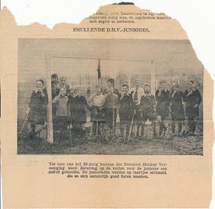 19331118 Onderschrift: geen  Opmerking:de junioreswedstrijden op zaterdag 18 november 1933. Zie verslag Clubnieuws 6 januari 1934:  Alleen de jongste juniores meldden zich ...terwijl de meisjes helemaal schitterden door afwezigheid.   ... Na een heftige aanval op de limonade en de taartjes begon, met beslagroomde neuzen ...    Knipsel gevonden in Archief DHV in enveloppe met de titel: Krantenverslagen der Deventer elftallen overgenomen van J. Blom sept. 1937 P. Stegeman    De achterzijde is identiek aan het Deventer Dagblad van maandag 20 november 1933 Blad 2 blad 3 van 3 onderaan. Waar is de voorzijde  in de digitale versie van het Deventer Dagblad?