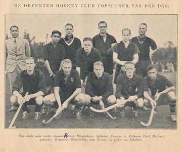 19341104 Onderschrift: zie foto Opmerking: Deventer won thuis op 4 november 1934 met 9-0 van Zwolle. Vandaar de kop. Zie verslag Hockeysport 8 november 1934 p. 20 en 21. En Clubnieuws December 1934 p. 23.  Uiterst linksboven Alberts de scheidsrechter.  Waarschijnlijk is deze eerder genomen. Volgens het Clubnieuws nam Stenvers de plaats van de Sitter in.   Hockeysport 4 (1934-1935) no. 9 8 november 1934  Fotograaf: onbekend Formaat: 15 x 10 Afdruk zw