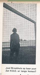 193504 Foto uit Clubnieuws April 1935  Op 28 april 1935 speelde Dames I een wedstrijd om het kampioenschap van Nederland tegen H.O.C. uit Den Haag in Hilversum. Vandaar dit onderschrift.   Fotograaf: Hermine Mazel  Formaat: 8 x 4.5 Afdruk zw