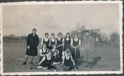 19360126 Onderschrift: geen Foto gepubliceerd in Clubnieuws maart 1936 zonder achtergrond  Onderschrift daar: Ons eerste dameselftal,oostelijk kampioen Staand: J.Th. Broekhuis (scheidsrechter), Sini Bloemendal, Trien Strabbing, Betsy Houwink, Greet Knuttel, Annie Rood,  Knielend: Paula Bunschoten, Jet Stoffel, Jootje Mazel Zittend: Jopie en Julie Broekhuis Mevr. Vuerhard (de laatste is, zoo men weet, thans afwezig en vervangen door Paula Klunk) Opmerking: mogelijk na de wedestrijd op 26 janauri 1936 tegen Arnhem 8-0 voor Deventer  CollectieJanBlomcremealbum Fotograaf: onbekend mogelijk Jan Blom Formaat: 11 x 6 Afdruk zw