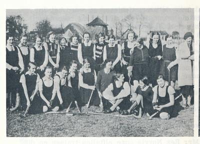 19360404 Onderschrift: aan de Platvoet 1936 Opmerking: In Deventer Dagblad 6 april 1936 met als onderschrift: Engelsche hockey-speelsters te Deventer. De dameselftallen van de Deventer Hocky (geen tikfout) Vereeniging en van het Englesche Ilkley Ladies Team, die gisteren (moet zijn eergisteren) aan den Platvoet speelden, vereenigd. Zie ook verslag in Clubnieuws 3 ((1935-1936) nr. 3, p. 62 en 63.    Clubnieuws 25 (1963-1964) 3 lustrumnummer p. 25  Fotograaf; onbekend Formaat: 10 x 7 Afdruk zw