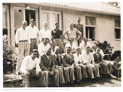 19360801 Het Nederlands Hockeyelftal in het Olympisch Dorp in Berlijn. Uiterst rechts zittend tweede rij Jan Fesevur, DHV-lid, reservekeeper. Hij kwam niet in actie. De openingsceremonie was op 1 augustus 1936, vandaar de datering.  115 jaar Nederland hockeyland p. 29.
