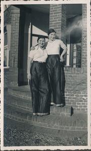 19360104 Onderschrift: geen  In Crefeld. De tweeling Jopie en Julie Broekhuis. Zie verslag in Clubnieuws februari 1936  van de tocht naar Crefeld op  4 en 5 januari 1936. Er staat: De drie in het hotel (d.i. Stadt Munchen) vertoevende dames wilden blijkbaar niet afsteken bij de talrijke heeren (echter als zoodanig ternauwnood kenbaar) en waren dus in travestie, men ziet er hier twee van.   Zie ook Deventer Dagblad 6 januari 1936   CollectieJanBlomcremealbum Fotograaf: onbekend, mogelijk Jan Blom Formaat; 11 x 6.5 Afdruk zw