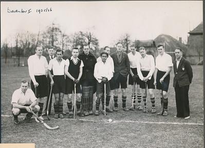 193604 Opschrift: Deventer I 1935/36 Gepubliceerd in Clubnieuws April 1936. Daar Cliche Hockeysport. Gepubliceerd in Hockeysport 5 (1935-1936) 24 5 maart 1936.  Onderschrift Clubnieuws: Ons eerste elftal, dat op de tweede plaats eindigde: v.l.n.r. van Drooge (invaller), Wagener, Blom (scheidsr.), Scholten, Kakebeek. Fesevur, Rooze, der Kinderen, Splinter, Weehuizen, van Getsen,Visman, Alberts (scheidsr.).  In Hockeysport zelfde namen met daarbij nog: (v.d. Dussen was afwezig).  Wel In Deventer. Foto is in Hockeysport geplaatst bij verslag Zutphen-Deventer).   CollectieJanBlomcremealbum Fotograaf: Van der Geijn Formaat: 18 x 13.5 Afdruk zw