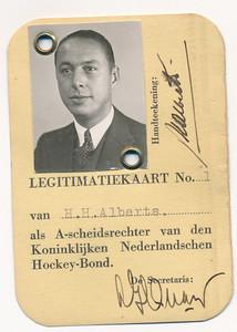 193512 Opmerking: handtekening ws. Quarles van Ufford. Dus ws. voor de oorlog. In Clubnieuws december 1935: Tot Bonds A scheidsrechter werd benoemd H.H. (Bob) Alberts. m.h.g. Ws ook in Hockeysport. Q van U was toen inderdaad secretaris KNHB.  Daarom gedateerd 1935.   Achterop staat: LBD 2145     ArchiefDHVCollAlberts Fotograaf: nvt Formaat: 9 x 6