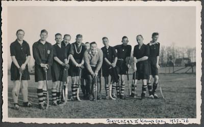 193604 Onderschrift: Deventer II kampioen 1935-'36 Inderdaad werd Deventer II dat jaar kampioen. Onduidelijk wanneer en waar genomen.   CollectieJanBlomcremealbum Fotograaf: onbekend  Formaat:  11 x7 Afdruk zw