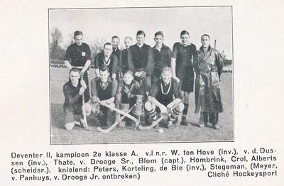 """19370321 Onderschrift: zie foto. Deventer II, kampioen 2e klasse A v.l.n.r. (boven jwb): W. ten Hove (inv.), v.d. Dussen (inv.). Thate,  v.Drooge Sr., Blom (capt.), Hombrink, Crol, Alberts (scheidsr.),     knielend  :Peters, Korteling, de Bie (inv.), Stegeman, (Meyer, v.Panhuys, v. Drooge Jr. ontbreken)  Opmerking: Deventer II werd op 21 maart 1937 kampioen:  P.W. II-Deventer II 1-3. Zie Clubnieuws maart 1937 p. 53.""""De P.W.-captain had de attentie na afloop bloemen aan te bieden. Dus in Enschede. Bob Alberts was dus mee als scheidsrechter, niet ongebruikelijk in die tijd.   Clubnieuws april 1937, p. 63.  Fotograaf: onbekend Formaat: 8 x 6  Afdruk zw"""