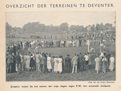 19360920 Onderschrift: zie foto Opmerking: voorronde hockeydag in Deventer op 20 september 1936. Goed overzicht.  Op de achtergrond het voetbalveld van Roda met kleedkamer. Het hockeyveld (het tweede dus, dit eerder het derde naast het veld van Roda), lag er evenwijdig aan naast. Zutphen speelde in de derde rond 0-0 tegen P.W. en won na doelschieten.    Hockeysport 24 september 1936, p.1 6de jaargang nr. 1  Fotograaf: Van der Geijn Formaat: 16 x 10 Afdruk zw