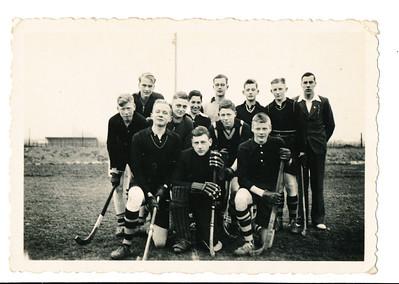 Collagenr10 193803 Achterop: D.H.V. VII. D. de Blocq van Scheltinga (met lantaarnpaal boven hoofd, 4e v. links) Opmerking: deze foto komt ook voor in collage, rechts onderaan.   Daan was in september 1937 lid geworden. Rechts naast Daan m.i. Ernst Cohen. Uit verslagen de volgende namen: 31 oktober tegen Deventer 6, Lok is de keeper. Op 7 november versloeg Heren 7 Lochem met 3-2. Theo Bloemendal maakte alle goals. Uit Clubnieuws januari 1938: Hert zevende verloor met 3-0 van Zutphen, Theo Bloemendal ontbrak vanwege de kerstrapporten, De Breuk en Pahud hadden een kwade luim en converseerden nog al druk waaronder het spel moest lijden. Op 6 februari verloor het zevende met 9-0 van Zutphen in Warnsveld. De boys van Lok worden ze genoemd, dus Lok zal de keeper zijn .Op 20 februari speelde het zevende tegen het vijfde en verloor met 7-2. Spelers: Lok, Koster, Kluwer, Frederikse (maakt de 2 goals). Deventer zevende eindigde bijna onderaan, alleen Zwolle 2 was zwakker.    Foto ook in Collectie Anya Alberts geschonken aan DHV. Met achterop vignet Hakeboom en nr. 829. Ws. gemaakt door Bob Alberts. In enveloppe met als opschrift Hockey Winter 37/38. Ook negatieven daarin.   Collectie Pat de Blocq van Scheltinga Fotograaf: Hakeboom Formaat: 9 x 6 Afdruk zw